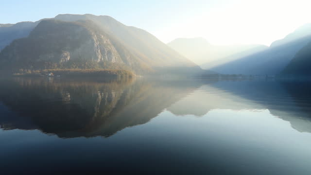 sunrise view of hallstatter lake, austria. - リフレクション湖点の映像素材/bロール