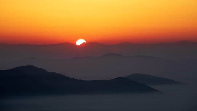 vídeos de stock e filmes b-roll de sunrise view over eunseok mountain with a thick fog in cheonan, chungcheongnam-do province, south korea - luz solar