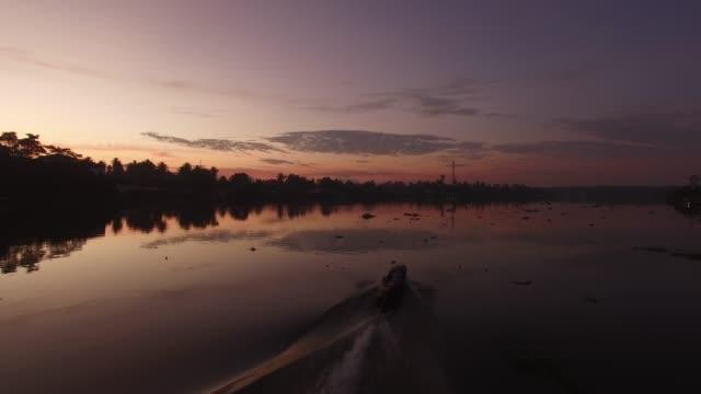vidéos et rushes de sunrise view over mae klong river, thailand - auréole