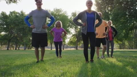 vidéos et rushes de groupe d'entraînement de sunrise - public park