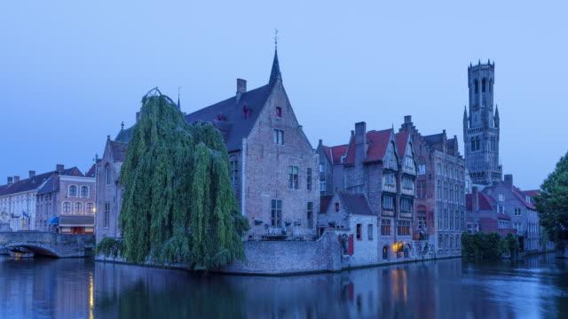 ブルージュの運河、家、ローゼンホードカーアイ、鐘楼の日当たりのとりタイムラプス - ベルギー点の映像素材/bロール