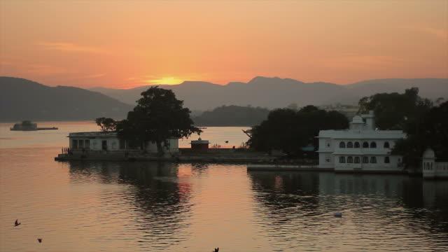 stockvideo's en b-roll-footage met sunset a lake pichola, udaipur, india - plaatselijk monument