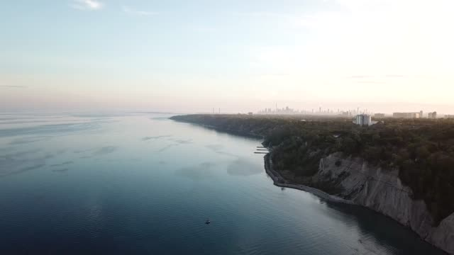 sunset aerial view of scarborough's bruffer's park with a far background in toronto downtown. - cliff stock videos & royalty-free footage