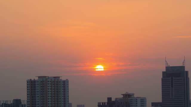 Sonnenuntergang und Gebäude