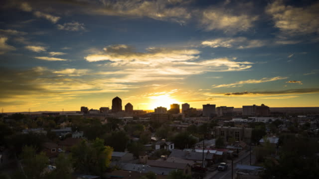 vídeos de stock, filmes e b-roll de sunset and moonset over downtown albuquerque - time lapse - novo méxico