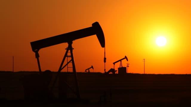 stockvideo's en b-roll-footage met sunset and pumping oil wells - schalie