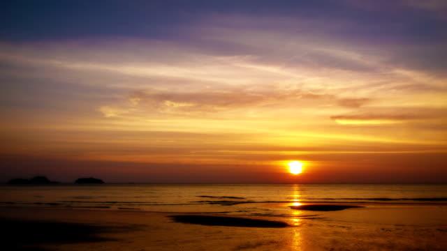 vídeos y material grabado en eventos de stock de puesta de sol y mar - horizonte sobre tierra