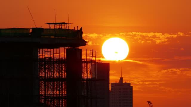 夕日と建設現場のシルエット - 建設現場点の映像素材/bロール