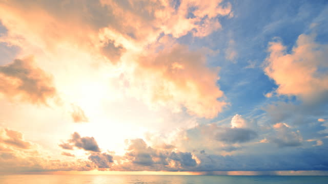 vidéos et rushes de coucher du soleil et de la tempête de pluie sur la mer - overcast