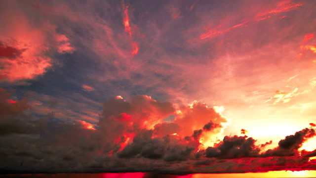 vídeos y material grabado en eventos de stock de puesta de sol y de tormenta frontal con lluvia sobre el mar - mar de andamán