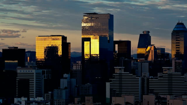 sunset and sunrise view of the city buildings in seoul - 反射点の映像素材/bロール