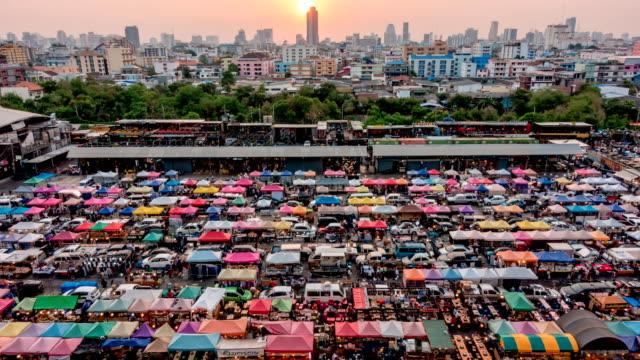 Dämmerung und Sonnenuntergang Zeit am Nachtmarkt in Bangkok, Thailand.