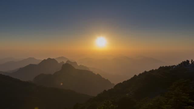 vidéos et rushes de coucher de soleil au laps de temps - montagne de huangshan - pic haut brillant (guangming ding) - couches superposées
