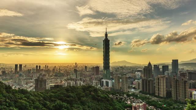 Zonsondergang in stad Taipei van dag naar nacht, Taiwan