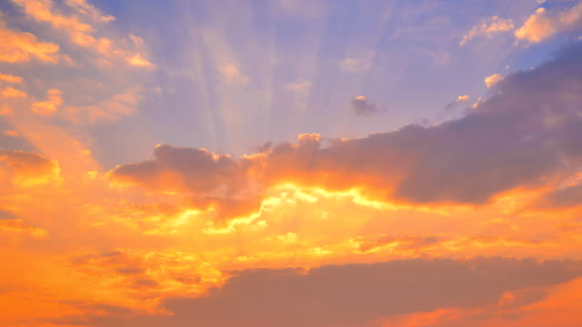 stockvideo's en b-roll-footage met zonsondergang op cloud time-lapse 4k - avondschemering
