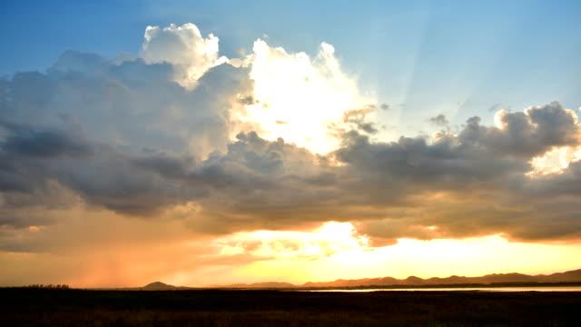vídeos de stock, filmes e b-roll de no lapso de tempo de nuvens no pôr-do-sol - overcast