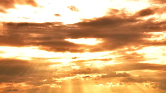 vidéos et rushes de coucher de soleil à cloud time-lapse - auréole