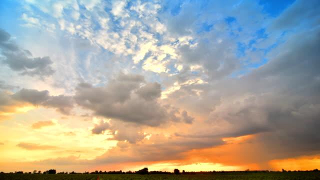 vídeos de stock, filmes e b-roll de pôr do sol em nuvens se movendo - overcast