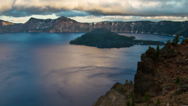 クレーターレイク国立公園の夕日 - オレゴン州クレーター湖点の映像素材/bロール