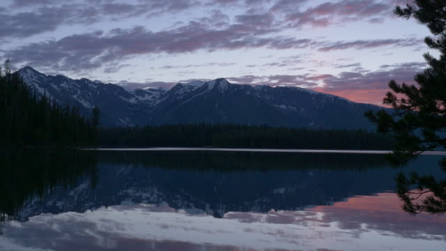 sunset at grand teton and jackson lake - parco nazionale del grand teton video stock e b–roll
