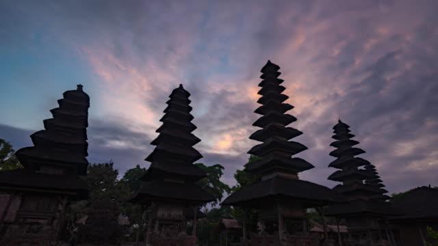 Coucher de soleil au temple hindou (le Taman Ayun) de Mengwi Bali, en Indonésie.