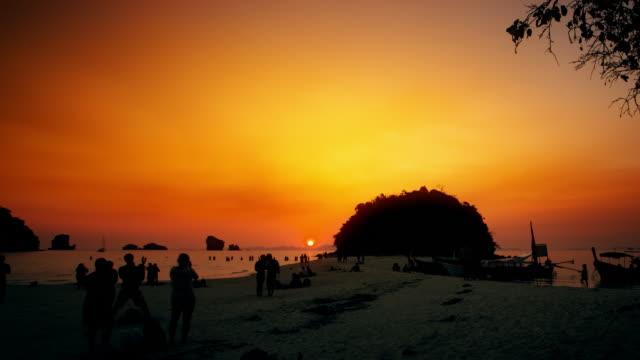 vídeos de stock e filmes b-roll de pôr do sol em krabi - ilhas phi phi