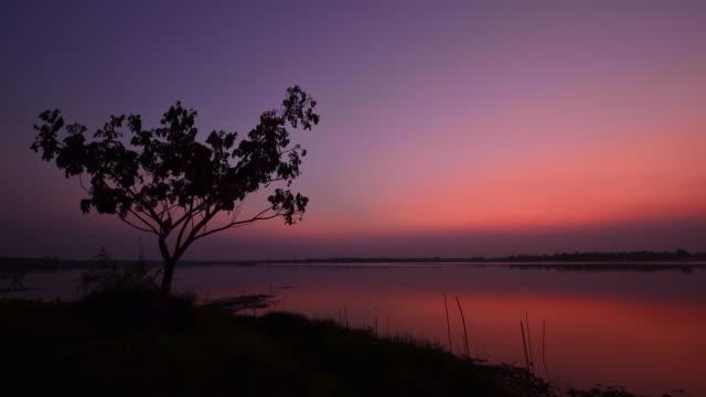 夕暮れの湖 - ロマンチックな空点の映像素材/bロール