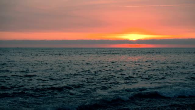 vidéos et rushes de coucher de soleil à lima au pérou costa verde plage - marée