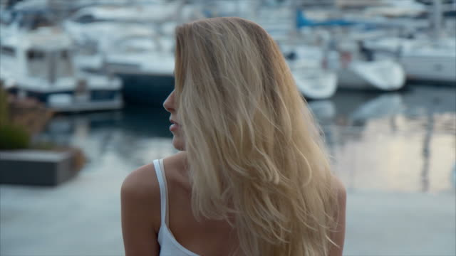 vídeos de stock e filmes b-roll de sunset at marina bay (slow motion) - só uma rapariga