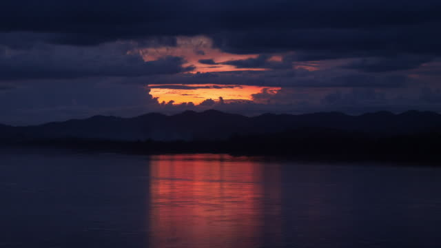 vídeos y material grabado en eventos de stock de atardecer en el área del río mekong distrito de chiang khan, provincia de loei, tailandia - zoom hacia fuera