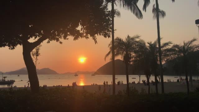 vídeos de stock, filmes e b-roll de pôr do sol na baía hong kong de repulse - ilha de hong kong