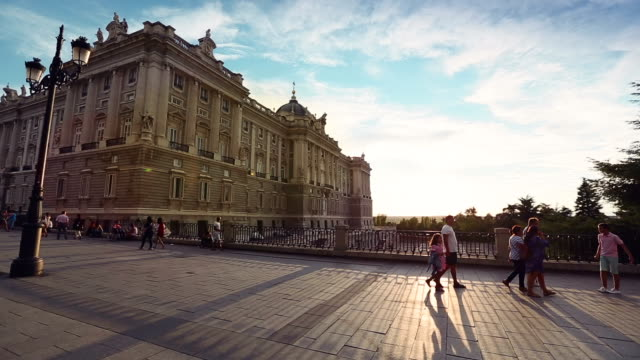 vídeos de stock e filmes b-roll de pôr do sol no palácio real ou palácio real de madrid - palace