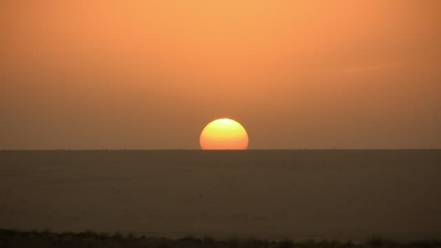 ws sunset at sahara desert / zouerat, tiris zemmour, mauritania - sahara desert stock videos & royalty-free footage