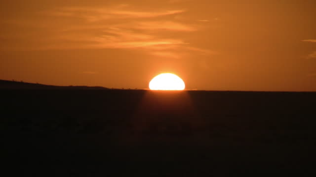ws sunset at sahara desert / zouerat, tiris zemmour, mauritania - mauritania stock videos & royalty-free footage