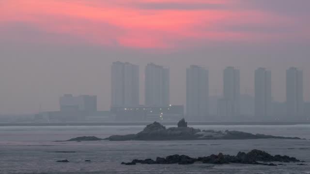 vídeos de stock, filmes e b-roll de sunset at songdo international business district - céu romântico