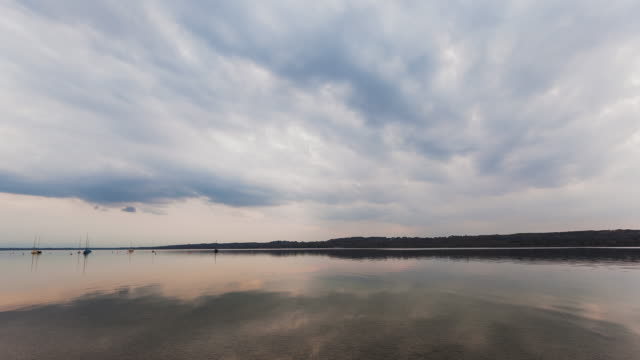 t/l sunset at starnberger see - storm clouds reflecting on the surface - romantische stimmung stock-videos und b-roll-filmmaterial