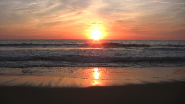 tramonto sulla spiaggia - audio disponibile sulla versione digitale video stock e b–roll