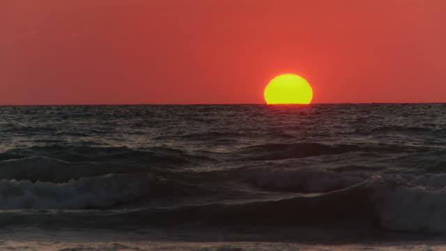 vídeos de stock, filmes e b-roll de definição de intervalo de tempo: pôr-do-sol na cable beach de broome - cable