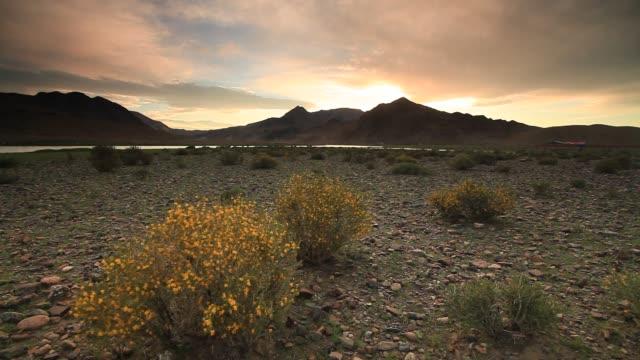 vídeos y material grabado en eventos de stock de sunset at the rocky desert - estepa