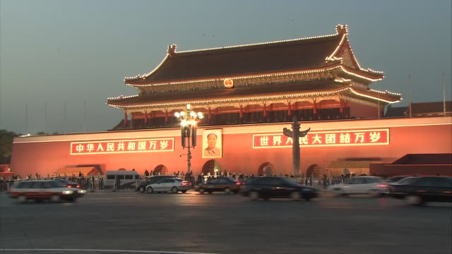 vídeos de stock, filmes e b-roll de sunset at tiananmen square night more shots of the gate of heavenly peace with traffic again in foreground including cyclists / illuminated monument... - portão da paz celestial de tiananmen