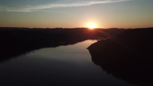 sonnenuntergang am río uruguay im süden brasiliens - bundesstaat rio grande do sul stock-videos und b-roll-filmmaterial
