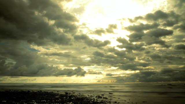 vídeos de stock e filmes b-roll de praia sunset. - maré