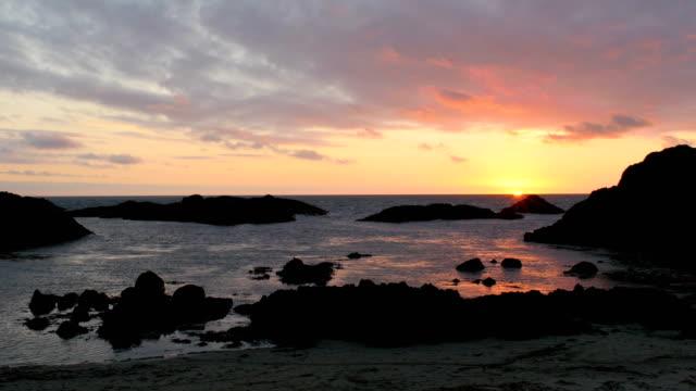 vídeos de stock e filmes b-roll de sunset beach,northern ireland - oceano atlântico