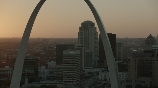 sunset behind gateway arch st louis - gateway arch st. louis stock videos & royalty-free footage