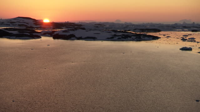 sunset behind mountains on the antarctic peninsula - 南極点点の映像素材/bロール