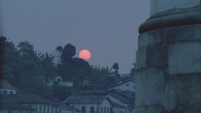 vídeos de stock e filmes b-roll de sunset behind mountains, town in f.g., ouro preto, brazil - preto
