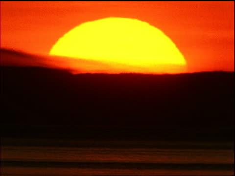 sunset behind silhouette of hills - romantische stimmung stock-videos und b-roll-filmmaterial