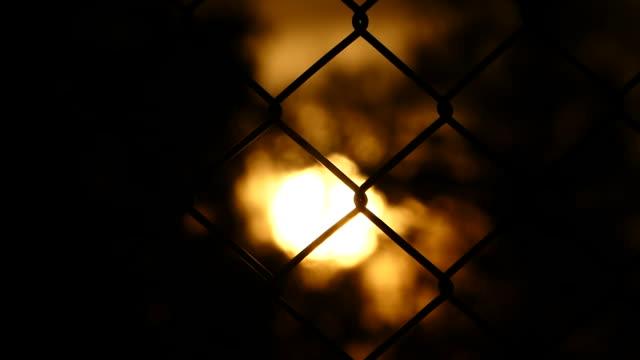フェンス越しのサンセット ボケ - 捕虜点の映像素材/bロール