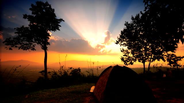 夕暮れのキャンプ time lapse (低速度撮影) - テント点の映像素材/bロール