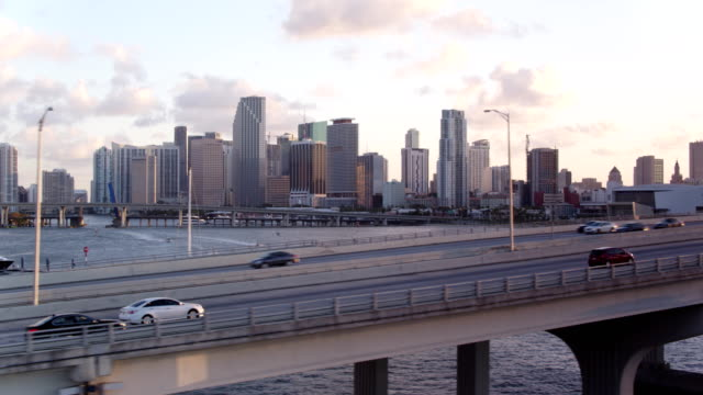 stockvideo's en b-roll-footage met sunset chasing cars miami beach macarthur bridge - macarthur causeway bridge